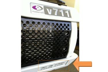 V311/V641/V711 シリーズは右側面下側に記載